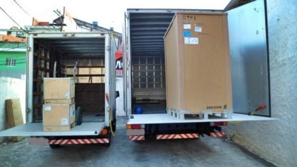 Frete aluguel transporte caminhões baú com plataforma
