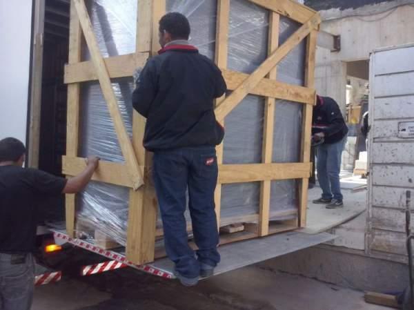 Fretes e transportes aluguel van hr bau com plataforma elevatória
